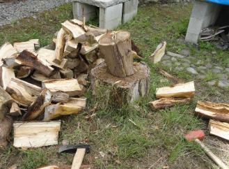 北側に積んていた薪を割り割り