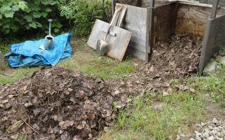 201308 堆肥を混ぜ混ぜ