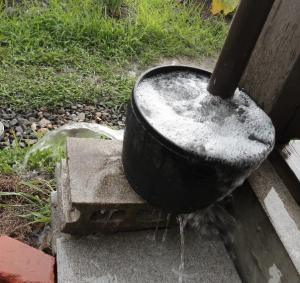 雨樋受けから噴出した水