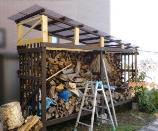 薪小屋屋根に雪勾配を付けた