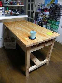 ヒノキのムク材で作るテーブル
