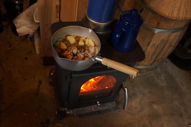 薪ストーブでカレーを作る