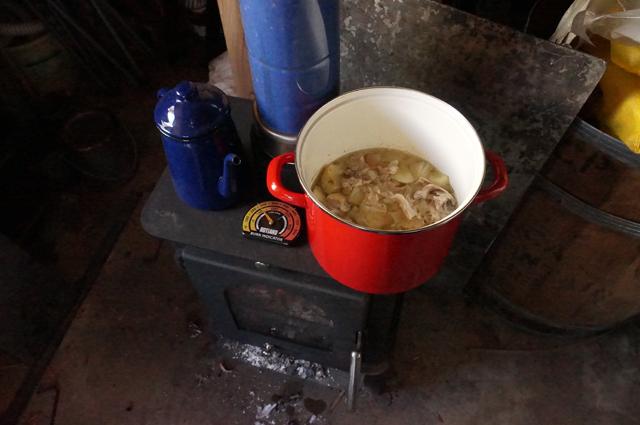 カレー・シチュー種の煮込み ガレージの薪ストーブにて