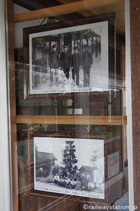 美作千代駅駅舎に飾られた昔の写真