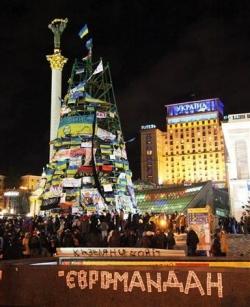 2013-12-09_Russia_Ukraine_キエフで大規模抗議集会 レーニン像倒される04_ウクライナで、反政権デモが行われている首都キエフの独立広場。中央のクリスマスツリーにはウクライナ国旗やEU旗が掲げられ、「欧州広場」と呼ばれるようになった=6日(佐々木正明撮影)