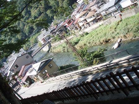 木曽福島の街中を流れる木曽川