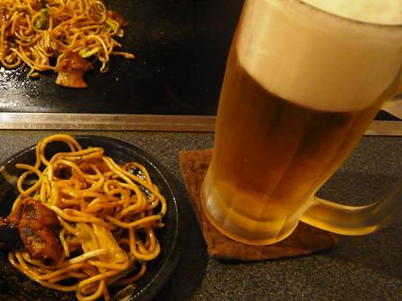てっぱんあたく:焼きそばとビール
