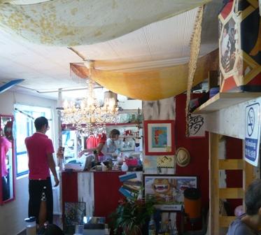島のレストラン:店内1