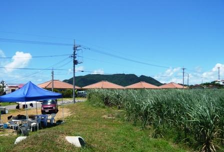 BOBOS HOUSE:向かい側の赤瓦民家