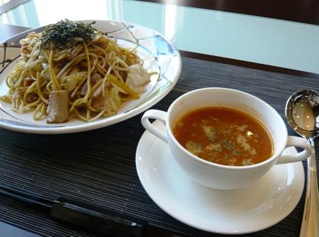ビーチテラス:オイスターソース焼きそば・スープ