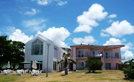 ビーチテラス:芝生から建物を眺める2