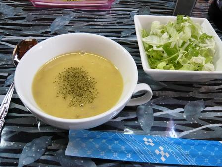 日がのぼる:スープ、サラダ