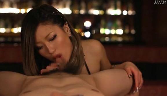 フェラ上手な黒ギャルAIKAちゃんがバーで連続ごっくんしてくれるエロ動画!