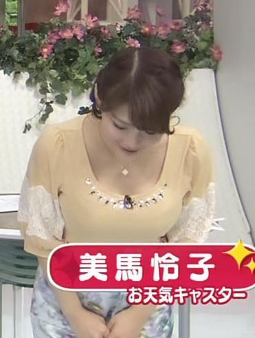 美馬怜子 前かがみ巨乳ちら (朝ズバ 20131102)