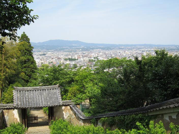 白毫寺石段から奈良盆地を見る