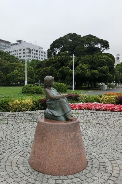 赤い靴はいてた女の子の像
