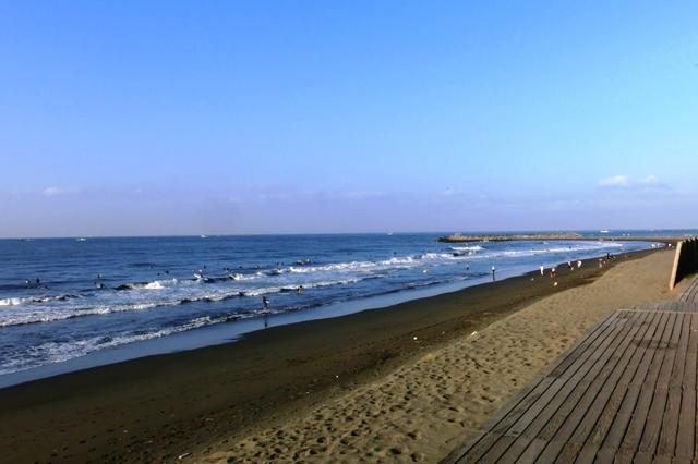うねりの出始めた海で波乗りを楽しむサーファー達
