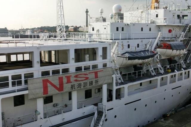 船体にはNIST航海訓練所の文字