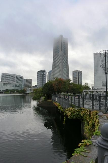 上部が雲にかくれた横浜ランドマークタワー