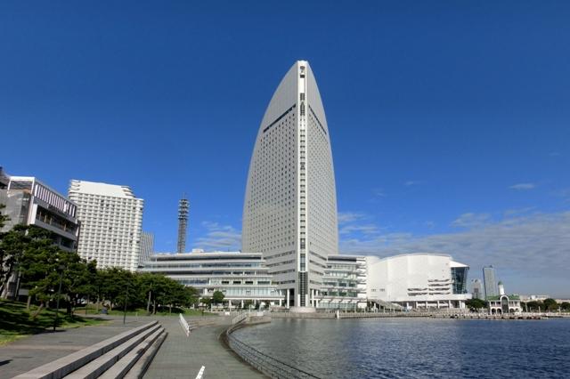快晴の秋空に映える横浜インターコンチネンタルホテル