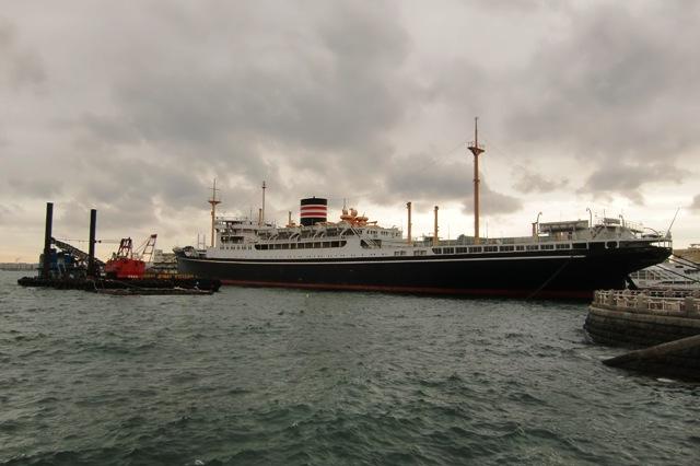 台風の影響でうねりが出始めた横浜港と氷川丸