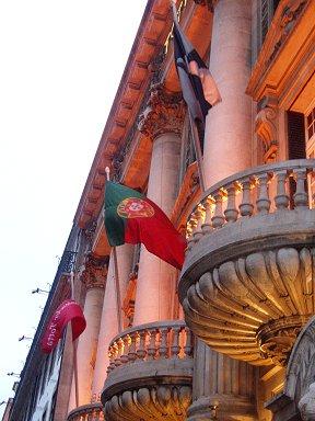 ポルトガル国旗が夕暮れの灯に映えるdownsize