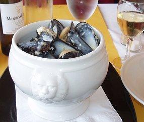 ビスケー湾の街アルカション嵐避難のレストランの蒸しムール貝とワインdownsize