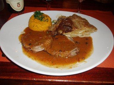 フランスアルプスのふもとアヌシーのサヴォワ伝統料理ポークの一皿downsize