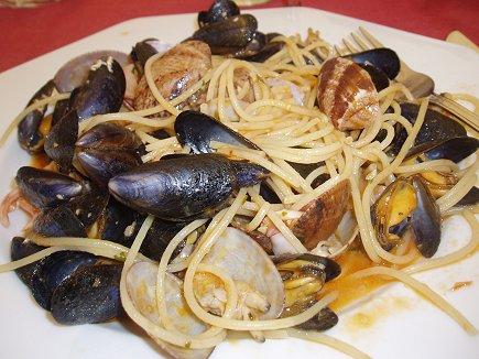 コートダジュールの街マントンのレストランLa Coquille dOrの絶品ムール貝のパスタdownsize