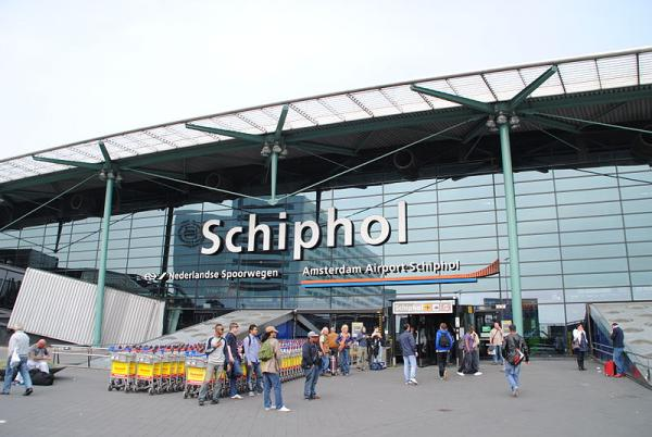 800px-Amsterdam_Schiphol_Airport_entrance.jpg