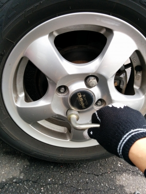 タイヤ入れてネジをしめる