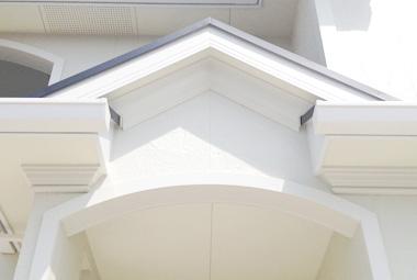 玄関の屋根下のモールディング