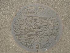 久留米市の名所が描かれたマンホール
