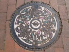 市の花が描かれたマンホール