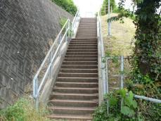 この階段を上がると…