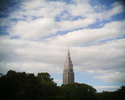 青空と白い雲とドコモタワー・明治神宮御苑:R2