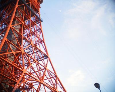 梅雨時の東京タワーと上弦の月:R2