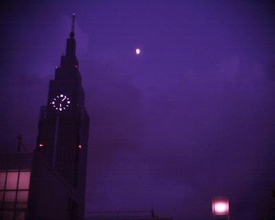 ドコモタワーと月:R2