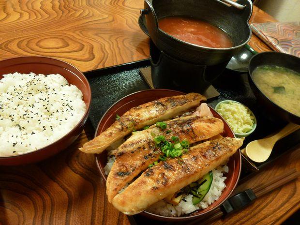 鮭ハラス照り焼き丼+味噌汁+トマトスープ+チーズ(¥1,100)