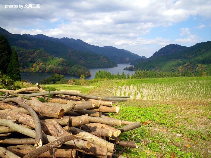 蜂の巣湖/下筌ダム湖/紅葉/室原集落より-01