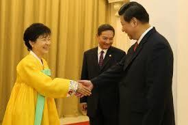 朴槿惠と熱い握手をする習近平