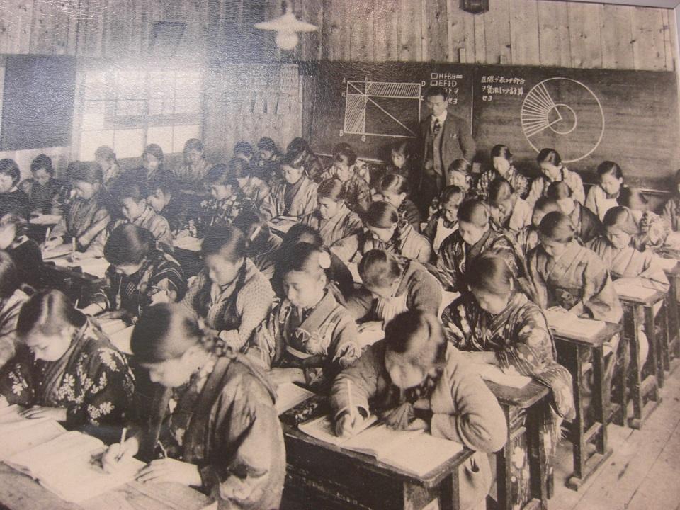 明治41年 尋常小学校での授業風景