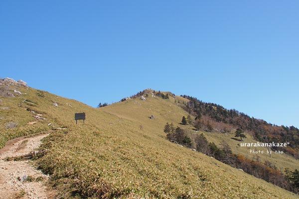 剣山~ジロウギュウの稜線から剣山を望む