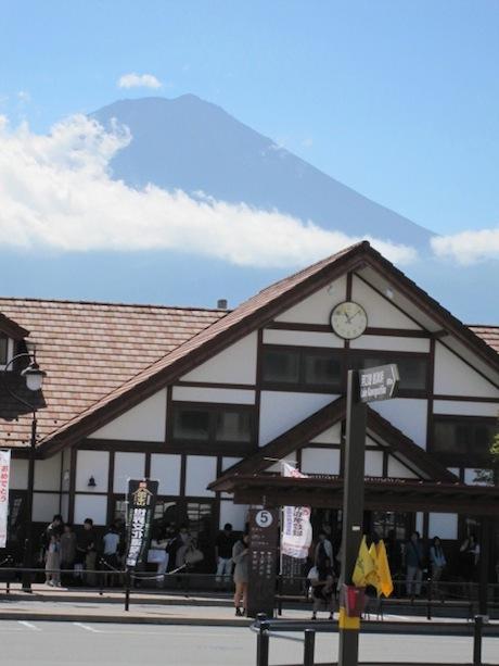 河口湖駅と富士山