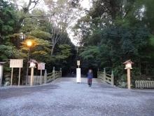 16:43 北御門口から見た北御門口火除橋 ~ 外灯が点き出しました。