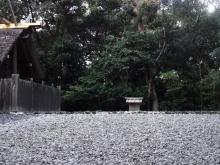 16:53 月夜見宮の新御敷地には小さな祠(ほこら)があります。