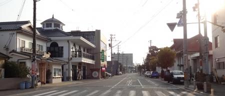 8:10 入口の正面から見た街。アッ、私が停めた車の前に青い車が・・・。なんで、逆駐なんだよ!