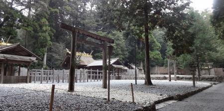 11:44 長由介神社は、若宮神社の前に位置します。