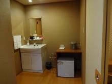 16:51 入口そばに、お手洗い、洗面台、冷蔵庫があります。