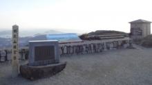 8:00 写真ボケボケ。山頂展望台の建物の屋上には足湯があります。この時は営業時間前です^_^;